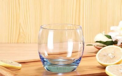 用高脚玻璃杯喝茶